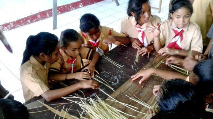 Di Wolomeze Hari Pramuka Diisi dengan Kegiatan Kelas Inspirasi Menganyam, Lihat Kegiatannya