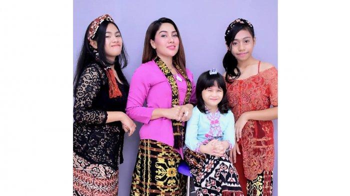 Dian Lestary Raynilda Lenggu, MC atau master of ceremony di Profinsi Nusa Tenggara Timur ( NTT ), Indonesia bersama anak-anaknya, Diva Laifoi, Pinkan Laifoi dan Diandra Laifoi.