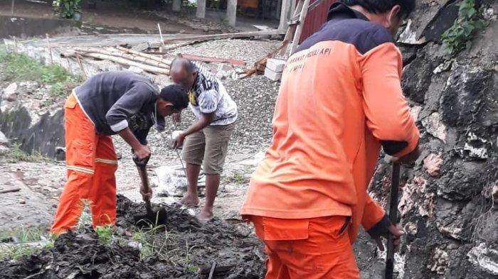 Antisi Banjir Genangi Rumah Warga! Pasukan Orange DLHD Sumba Timur Bersihkan Drainase