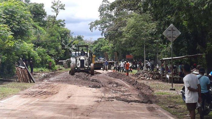 Dinas PUPR Kabupaten Belu Bersihkan Material Longsor di Ruas Jalan Pantai Utara