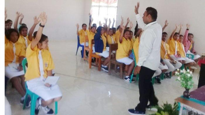Dosen STKIP Citra Bakti Ngada Beri Materi Pembekalan Pengurus Osis SMAK St. Thomas Aquino Golewa