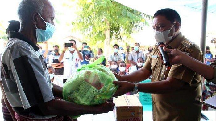 Bupati Malaka, Dr. Simon Nahak, S.H,MH saat menyerahkan bantuan secara simbolis di Desa Lawalu, Kecamatan Malaka Tengah, Rabu 2 Juni 2021