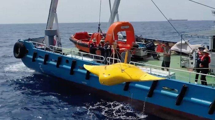 Drone milik China yang mirip ikan pari manta sedang diturunkan dari sebuah kapal ke dalam laut dalam sebuah kegiatan penelitian di Laut China Selatan.