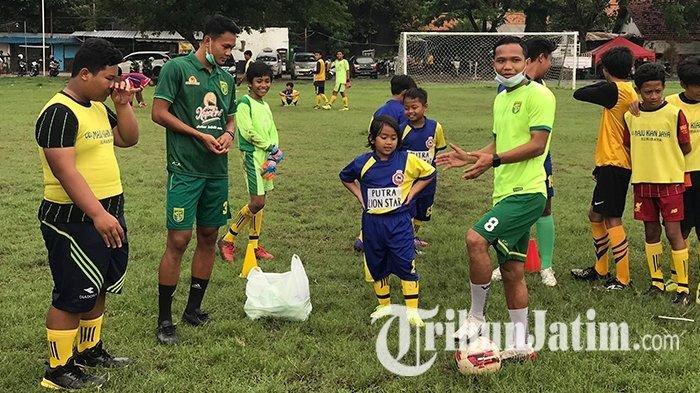Dua punggawa Persebaya Surabaya Oktafianus Fernando dan Koko Ari Araya menyempatkan diri menggelar coaching clinic. Kegiatan tersebut dilakukan dua pemain ini bersama puluhan anak dari sekolah sepak bola (SSB) Lion Star yang berlokasi di Lapangan Bogowonto, Surabaya pada Selasa (8/12/2020)
