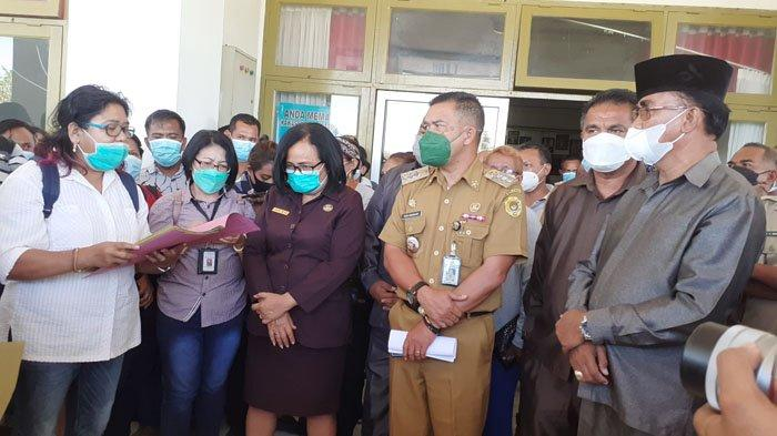 Ketua RT 01, Kel Naikote I, Conny Tiluata saat membacakan pernyataan sikap mereka di depan Ketua DPRD Kota Kupang atas tindakan DPRD SB terhadap Lurah Naikoten I, Senin (26/4/2021).