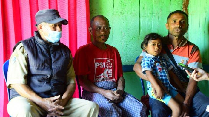 Dukun (Tengah pakai baju merah) berikan penjelasan usai laksanakan sunat tradsional desa Fatukoto Kecamatan Molo Utara Kabupaten Timor Tengah Selatan Senin 26 April 2021
