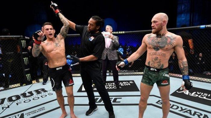 Dustin Porier (kiri) saat dinobatkan sebagai pemenang duel divisi kelas ringan atau lightweight UFC 257 melawan Conor McGregor (kanan) di Fight Island, Abu Dhabi, Uni Emirat Arab, pada Sabtu, 23 Januari 2021.