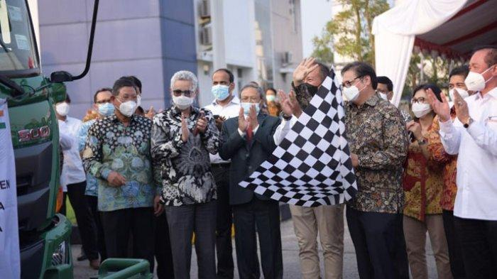 PELEPASAN BANTUAN  -Menteri Koordinator Bidang Perekonomian,  Airlangga Hartarto saat melepas penyaluran bantuan  tabung oksigen di Cikande, Serang, Banten, Senin (10/5/2021)