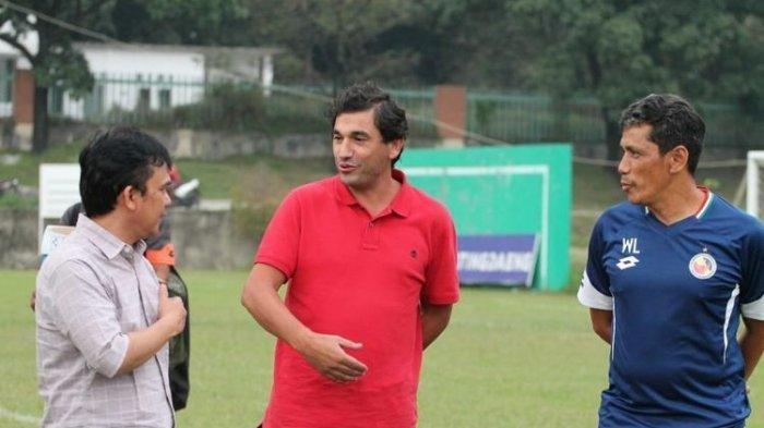 Eduardo Almeida (tengah) saat menangani Semen Padang, kini pelatih Arema Malang