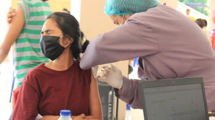 Ekspresi umat paroki Santo Fransiskus dari Assisi saat menerima vaksin