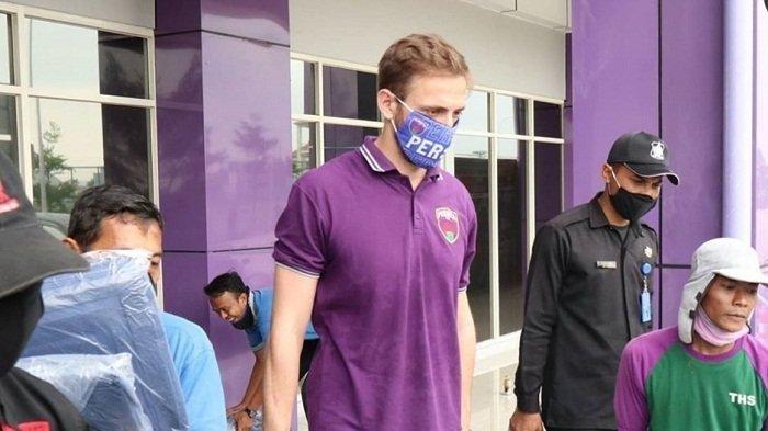 Eldar Hasanovic, turut serta dalam tim menyerahkan bantuan ke Griya Anabatic Bojong Nangka, Kabupaten Tangerang, yang menjadi rumah singgah sekaligus tempat isolasi untuk pasien Covid-19.