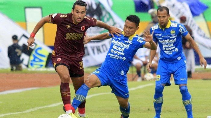 Ezra Walian berduel dengan Dedi Kusnandar, saat Persib Bandung melawan PSM Makassar di Stadion Si Jalak Harupat, Bandung, Minggu (22/12/2019)