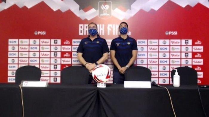 Warta Kota Pelatih Persib Bandung, Robert Rene Alberts (kiri), dan striker Persib, Ezra Walian (kanan).