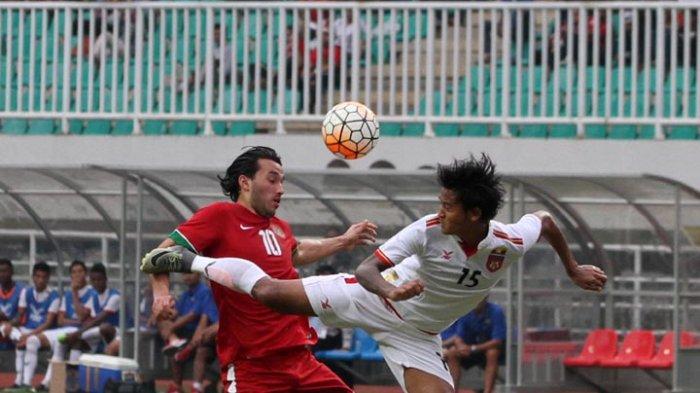 Pemain Tim Nasional Indonesia U22 Ezra Walian berebut bola dengan pemain Myanmar pada pertandingan persahabatan antara Indonesia U22 vs Myanmar di Stadion Pakansari, Bogor, Jawa Barat, Selasa (21/3/2017). Timnas Indonesia U22 kalah dari Myanmar dengan skor 1-3.