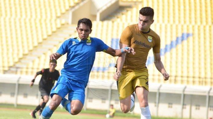 Fabiano Beltrame (kanan) saat tim utama Persib Bandung melakukan pertandingan uji coba jelang lawan PS Tira Persikabo.