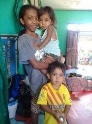 Ibunya di Malaysia, Begini Kisah Fania Gendong Adiknya Saat Banjir di Pulau Adonara Flores Timur