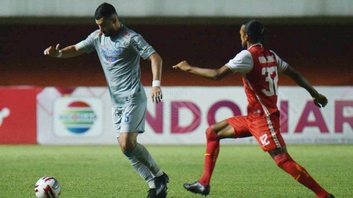 Farshad Noor (kiri) diadang Rohit Chand pada laga leg 1 final Piala Menpora 2021 di Stadion Maguwoharjo, Sleman yang dimenangi Persija Jakarta 2-0 atas Persib Bandung.
