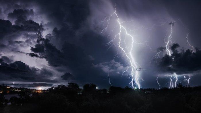 Ilustrasi hujan petir - Peringatan Dini BMKG Senin, 15 Maret 2021, Waspada Cuaca Ekstrem di 27 Wilayah.