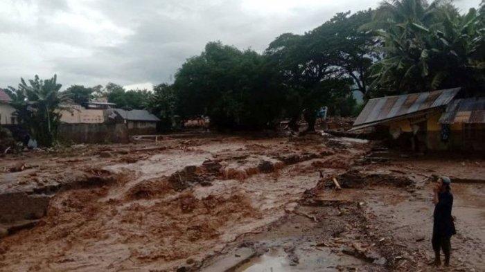 Parahnya Lokasi Bencana, Mensos Harus Berjalan 2 Km di Waiburak Adonara, NTT