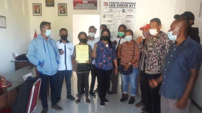 Febi Nafie bersama wali murid lainnya usai membuat surat laporan polisi terkait penggelapan dan penipuan dana PIP di Polres Kupang, Senin 3 Mei 2021