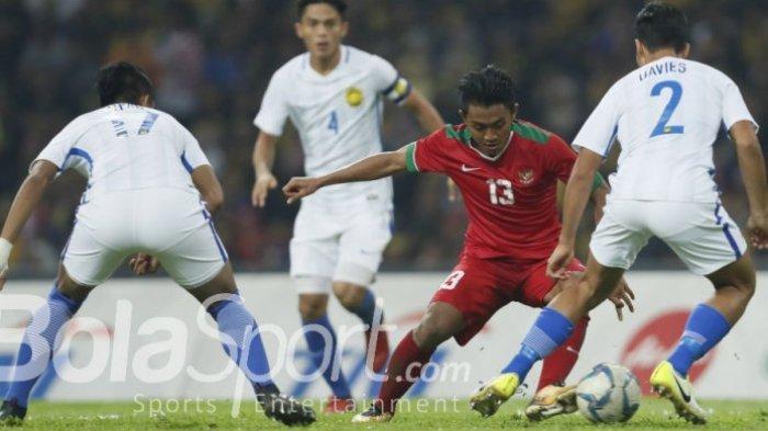 Aksi Febri Haryadi, pada laga semifinal SEA Games 2017 kontra Malaysia di Stadion Shah Alam, Selangor, Malaysia, Sabtu (26/8/2017).