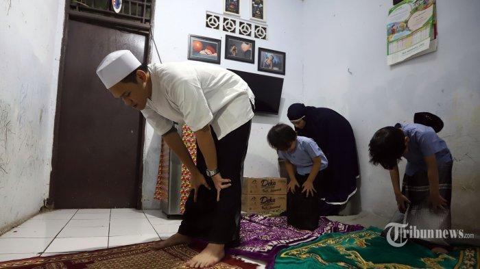 Umat Islam melakukan salat tarawih di rumahnya di kawasan Jatinegara, Jakarta Timur, Senin 4 Mei 2020.
