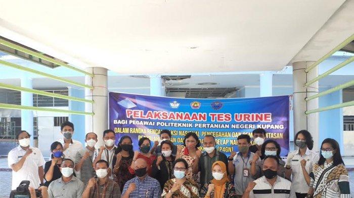 Foto bersama saat pelaksanaan tes urine di Kampus Politani Negeri Kupang, Selasa 8 Juni 2021.