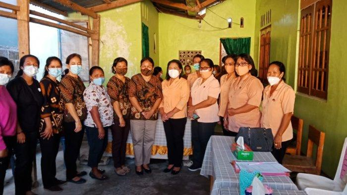 Foto bersama Sekretaris DWP Provinsi NTT, Ny. Rara H. Lola dan Ketua DWP Kota Kupang, Ny. Marlinda Funay Pellokila dan petugas posyandu posyandu Bougenvile Kelurahan Oesapa Kota Kupang, Selasa 8 Juni 2021
