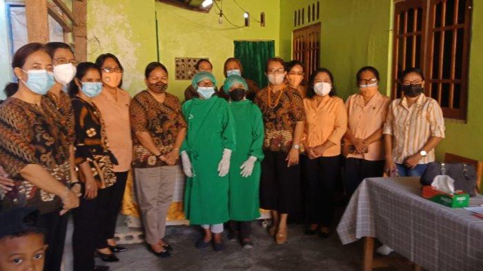 Foto bersama Sekretaris DWP Provinsi NTT, Ny. Rara H. Lola dan Ketua DWP Kota Kupang, Ny. Marlinda Funay Pellokila dan petugas kesehata, di posyandu Bougenvile Kelurahan Oesapa Kota Kupang, Selasa 8 Juni 2021