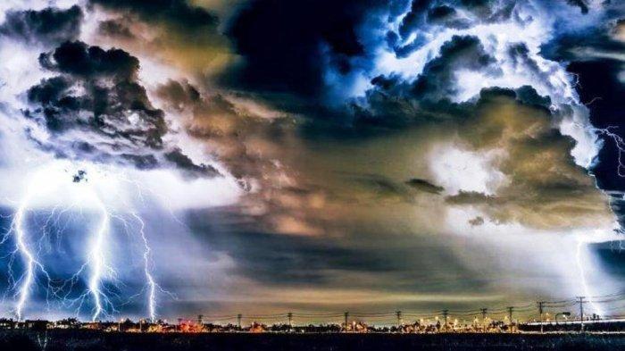 Ilustrasi cuaca ekstrim 18 wilayah diingatkan untuk Waspada potensi hujan lebat disertai angin & petir