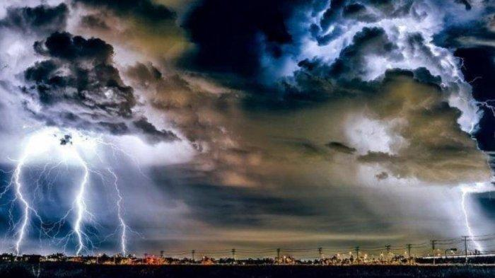 Ilustrasi cuaca ekstrem - BMKG merilis peringatan dini untuk hari Jumat 6 Agustus 2021, terdapat 21 wilayah di Indonesia yang berpotensi terjadi cuaca ekstrem.