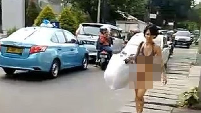 Gambar seorang wanita setengah telanjang berjalan santai