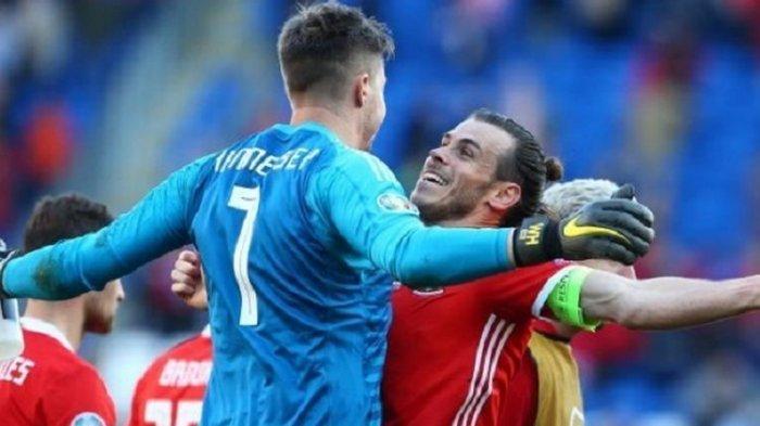 Kiper Wayne Hennessey dan striker Gareth Bale berselebrasi merayakan kemenangan timnas Wales atas Slovakia dengan skor 1-0 pada laga kualifikasi Euro 2020 di Stadion Cardiff City, Minggu 24 Maret 2019.