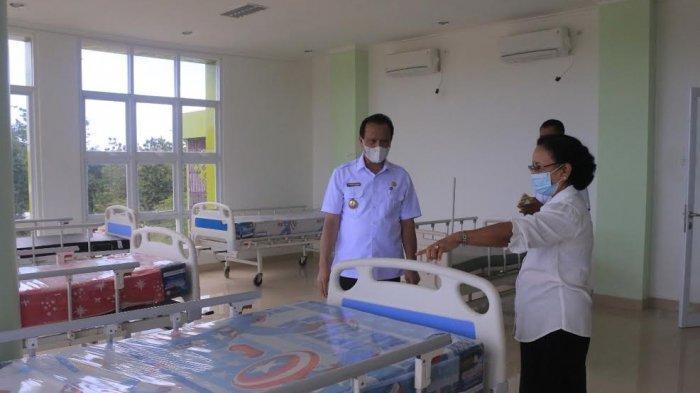 Bupati Belu, Agus Taolin didapingi Plt. Kadis Kesehatan saat meninjau Gedung KKP Atambua yang disiapkan sebagai tempat perawatan serta penanganan pasien Covid-19 yang memiliki gejala ringan, Rabu 5 Mei 2021.