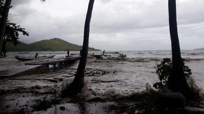 Sedikitnya 5 perahu nelayan dan 1 rumah warga desa Tapolangu, Kecamatan Lebatukan, Kabupaten Lembata mengalami kerusakan setelah dihantam gelombang pasang. Gelombang pasang terjadi akibat cuaca buruk dalam beberapa hari terakhir.