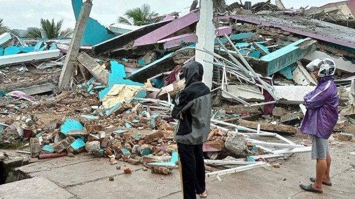 Korban Gempa di Sulbar, Mamuju dan Majene. Petugas BPBD Sulawesi Barat masih mendata jumlah kerusakan dan korban akibat gempa bumi berkekuatan magnitudo 6,2 tersebut.
