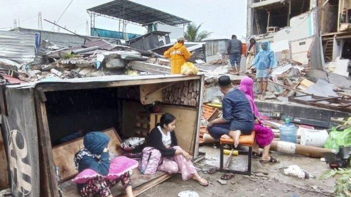 Korban gempa Mamuju berlindung di luar rumah mereka