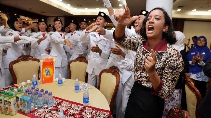 Anggota Paskibraka asal Depok, Gloria Natapradja Hamel (kanan) menyanyikan yel-yel bersama anggota Paskibraka Tim Arjuna yang selesai bertugas mengibarkan bendera, di Wisma Negara, Kompleks Istana Kepresidenan, Jakarta Pusat, Rabu (17/8/2016). Walaupun tidak turut bertugas mengibarkan bendera karena tersandung masalah status kewarganegaraan ia diperbolehkan menyaksikan dan menunggu rekan-rekannya selesai bertugas.