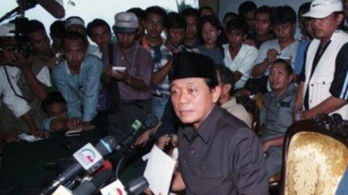 Pimpinan DPR yang terdiri dari Ketua Harmoko, Wakil Ketua Ismail Hasan Metareum, Syarwan Hamid, Abdul Gafur dan Fatimah Achmad (tidak nampak) di Gedung DPR, Senin 18 Mei 1998, membuat pernyataan mengimbau Presiden Soeharto mengundurkan diri.