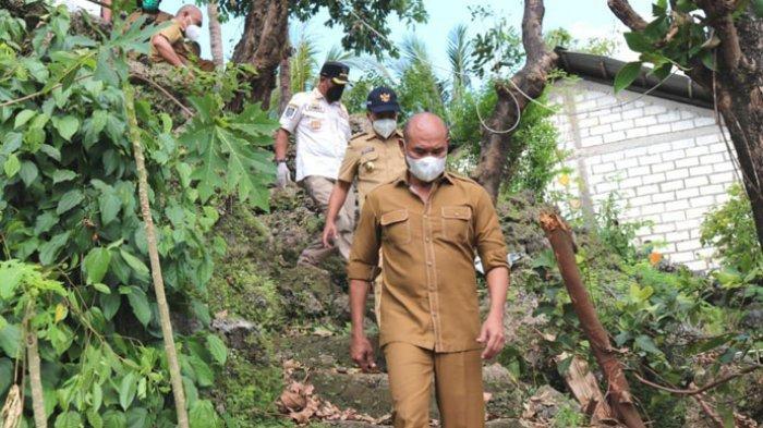 TINJAU LOKASI -- Gubernur NTT, Viktor Bungtilu Laiskodat dan Wali Kota Kupang, Jefri Riwu Kore, turun bersama meninjau korban badai seroja di sejumlah titik pengungsian, Senin (12 April 2021).