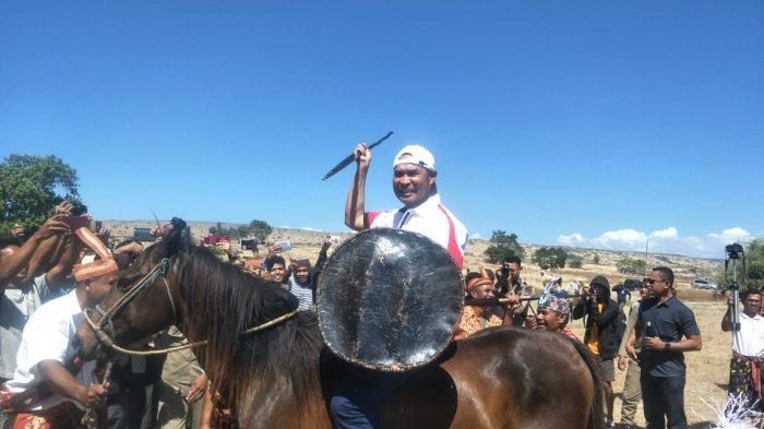 Gubernur Viktor Rasakan Sensasi Kuda Sandelwood