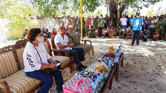 Gubernur NTT Viktor Bungtilu Laiskodat saat meninjau warga di Kabupaten Rote Ndao, Jumat (16/4).