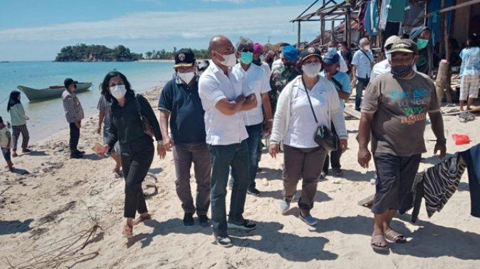 Gubernur Viktor Laiskodat saat mengunjungi kawasan Desa Pepela Kabupaten Rote Ndao yang terdampak bencana, Kamis (8/4/2021).