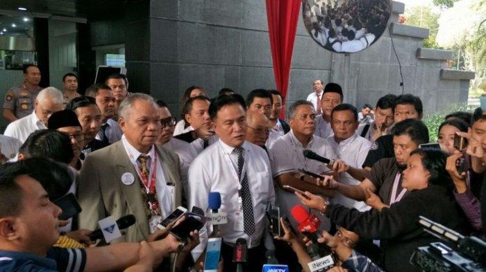 Hadapi Gugatan Prabowo di MK, Tim Hukum Jokowi Serahkan Satu Boks Berkas Jawaban