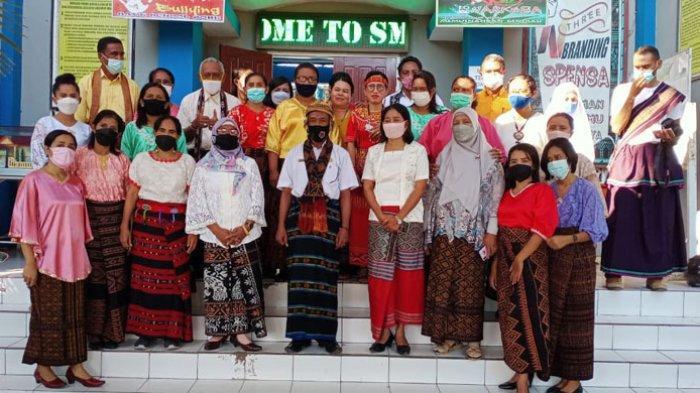 Hardiknas, Kepala Sekolah dan Guru SMPN 1 Maumere Kenakan Pakaian Adat Ikut
