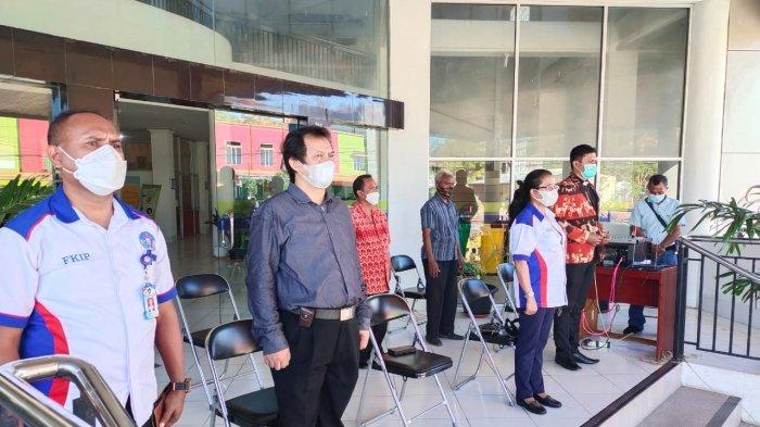 Wakil Rektor I, Dr. Magdalena Ngonggo, M.Pd, Wakil Rektor II Dr. Yohanis Matyanto, Ph.D, Dekan FKIP Dr. Andreas J.F.Lumba, M.Pd, saat mengikuti dengan hikmat upacara Hardiknas 2 Mei 2021, di Halaman Kantor UKAW Kupang, Senin (3/5/2021)