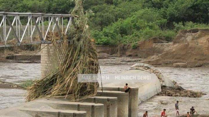 Bantalan dan Jembatan Bendungan Kambaniru, di Kecamatan kambera, Sumba Timur terlihat jebol saat diterjang badai Siklon Tropis Seroja beberapa waktu lalu.