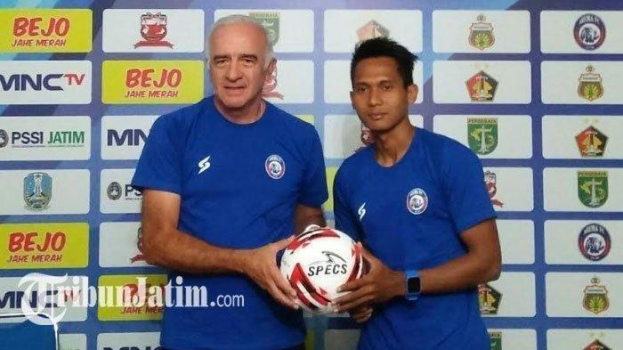 Hendro Siswanto (kanan) saat bersama Pelatih Arema FC Mario Gomez (kiri) sebelum jalani Piala Gubernur Jatim 2020