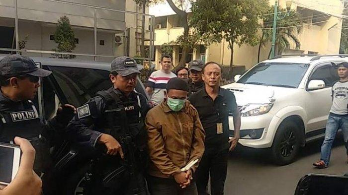 Pria yang Ancam Penggal Jokowi Tertunduk Saat Digiring Polisi. Ini Ancaman Hukumannya
