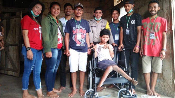 HUT Kemerdekaan RI Ke-74, OMK Benteng Jawa Beri Kursi Roda Buat Rofina Leli